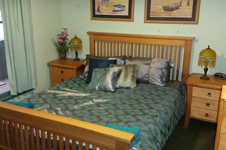 Rustic Refuge B&B Queen Bedroom 4 with shared bath - Kalorama - Bed & Breakfast