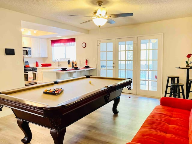 *LUXURIOUS LeHr Property 12minutes from The STRIP!