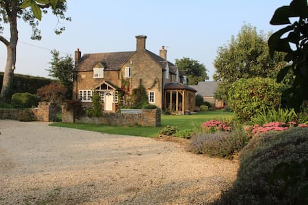 Charming cottage in peaceful location with views - Bourton-on-the-Water