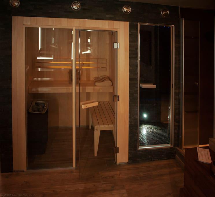 La suite de daphn avec jacuzzi sauna et hammam bed for Hammam et sauna