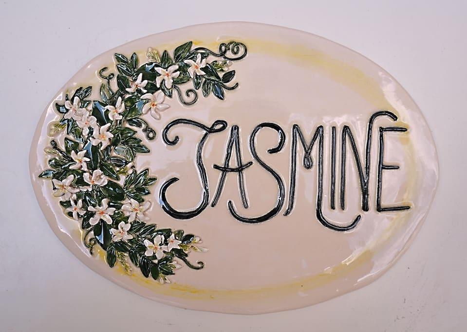 La targa esterna in ceramica della Casa JASMINE