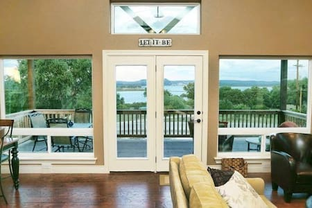 La Belle Vie- One Mile from Boat Ramp & Lake Views from Every Room - Canyon Lake - House