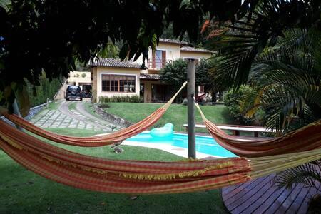 Charmosa casa em Itaipava, fácil acesso pela BR040