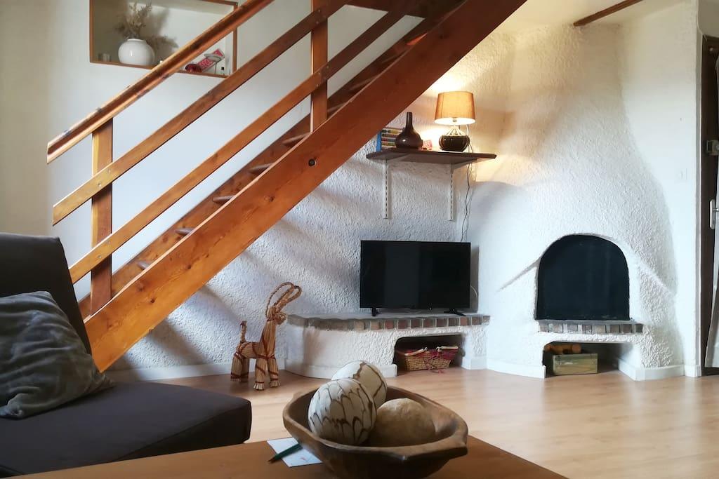 Espace salon avec TV écran plat