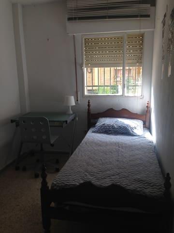 Habitación individual en piso compartido.