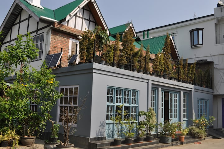 Colonial house Room 3 in the heart of Imphal