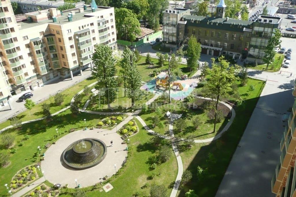 Внутренний двор с детской площадкой и фонтаном