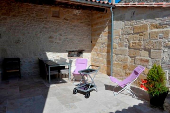 Patio fermé  avec table et chaises de jardin