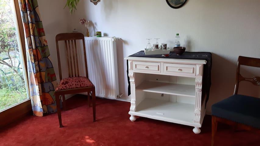 Gemütliches Zimmer im Haus mit großem Garten