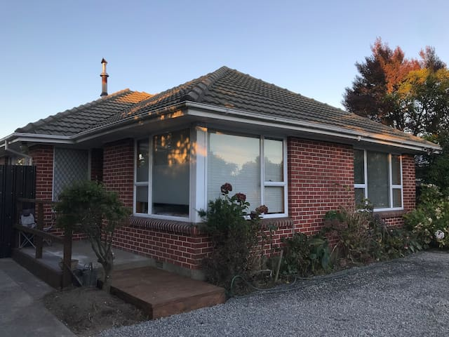 Lovely Family Home ( Close to Everything ) No Fees