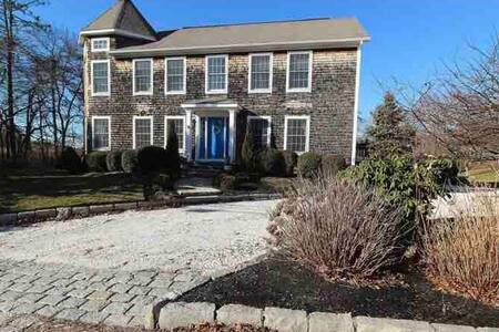 Beautiful Watch Hill home near beaches and clubs