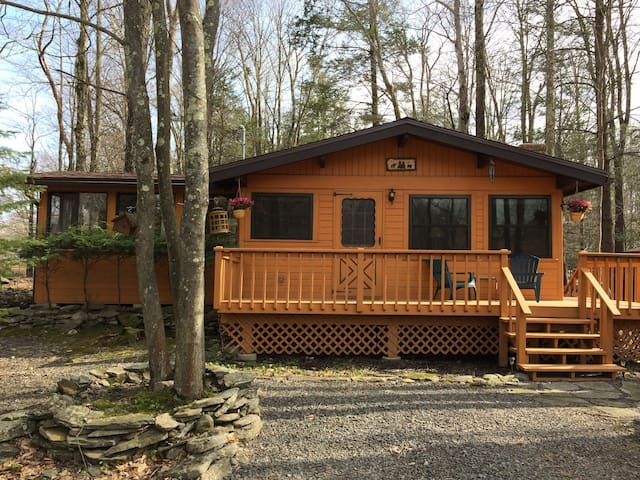 Cozy Cottage Getaway Next to Pool and Playground - Lake Township - Cabane