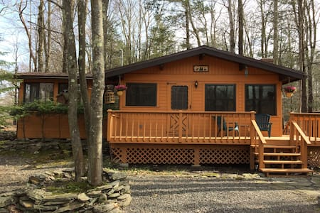 Cozy Cottage Getaway Next to Pool and Playground - Lake Township - Blockhütte