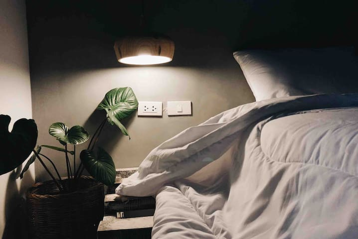 Baan TROK /Maikhao Minimalist Bedroom studio ไม้ขาว