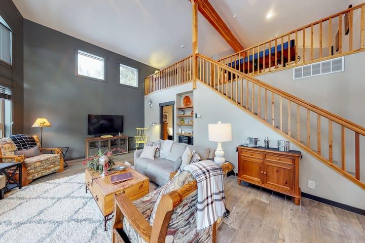 Spacious cabin w/gas fireplace, shared hot tub & seasonal pool, home comforts