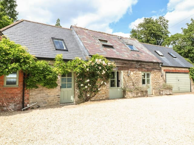 SOMERFORD COTTAGE, family friendly in Malmesbury, Ref 988624