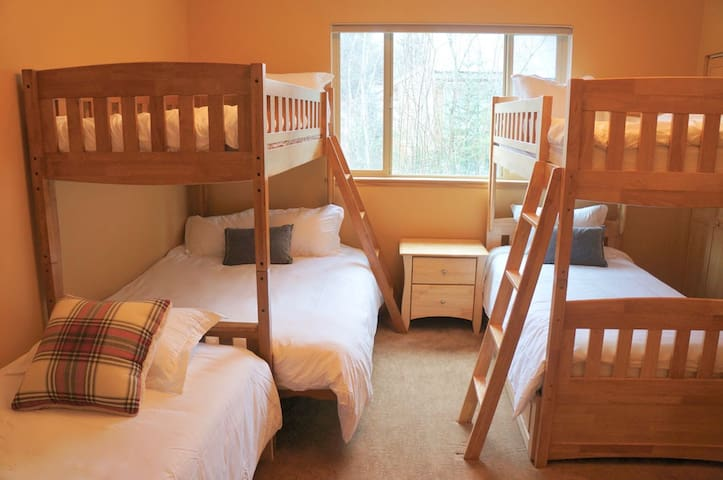 Bunk Room - 1 Full 4 Twin Beds