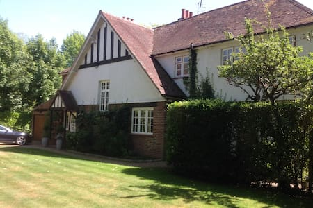 Double room in a spacious house. - Shalford - Hus