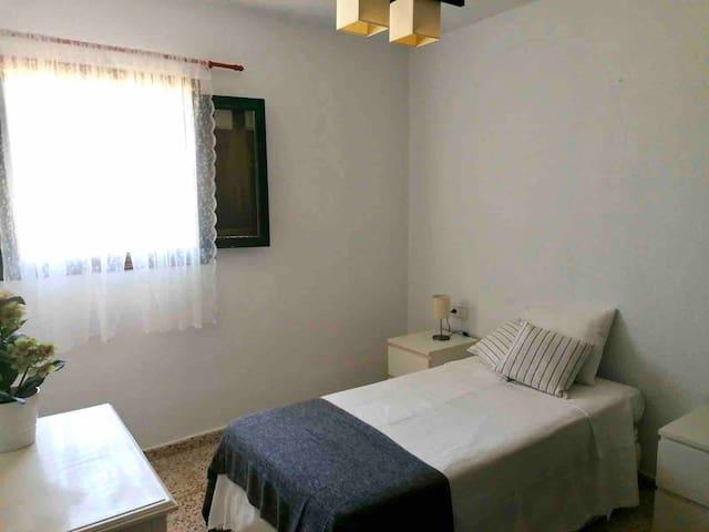 Dormitorio 1 con 1 cama de 90.