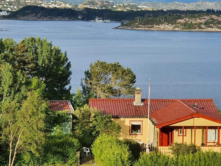 Eldre hus/hytte med tilgang til sjø