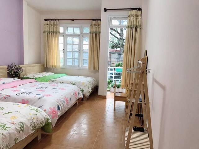 Cozy Family Room w/Balcony at To Chim Xu Homestay