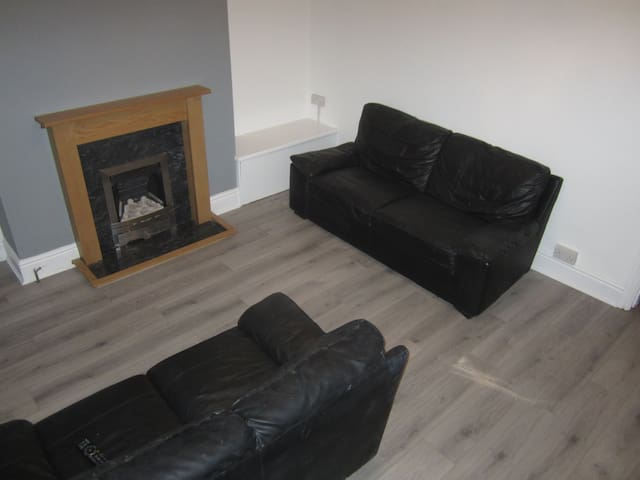 Double Room in refurbished house in Bramley LS13