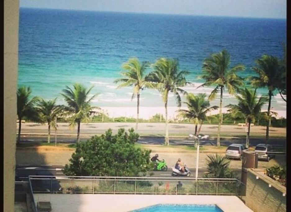 Vista da praia na área da piscina