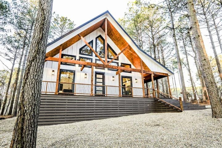 Knotty & Nice - Brand NEW modern LUXURY cabin!