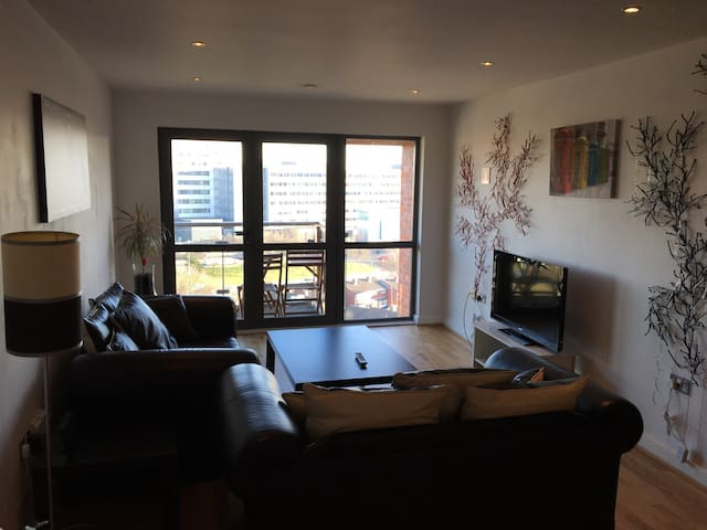 Cosy Central Apartment with Parking