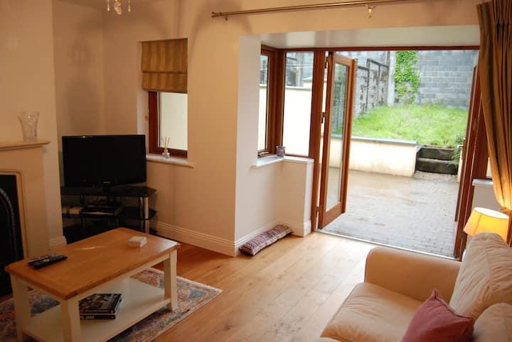 2 Bedroom Westport Home - Parking, Patio & Garden