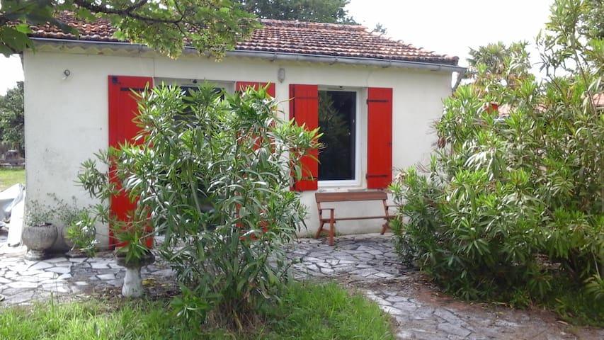 Charmante petite maison et sa roulotte - Saint-Vivien-de-Médoc - Huis