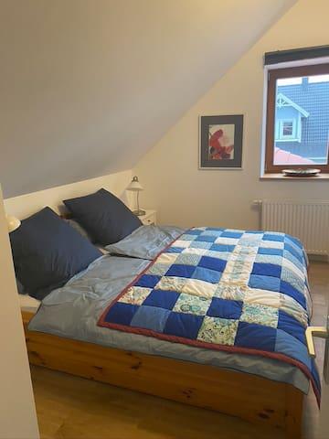 Schlafraum mit Doppelbett (1,80x2,00m)