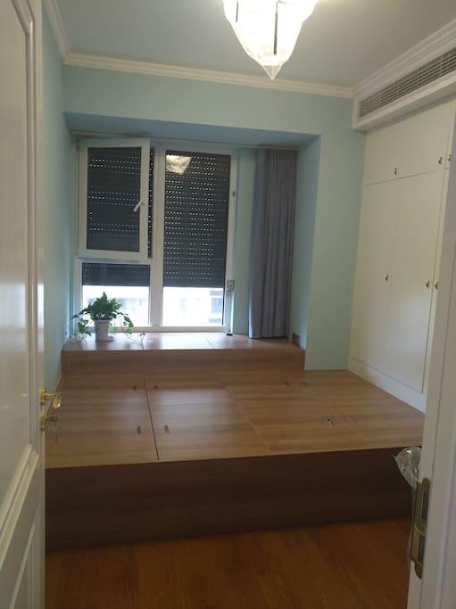 朝南卧室二,榻榻米地柜,宽1.5,长2.2,带全遮光窗帘,有衣柜,书桌。