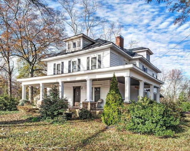 *White House Inn*  Fully Renovated Home,Sleeps 12