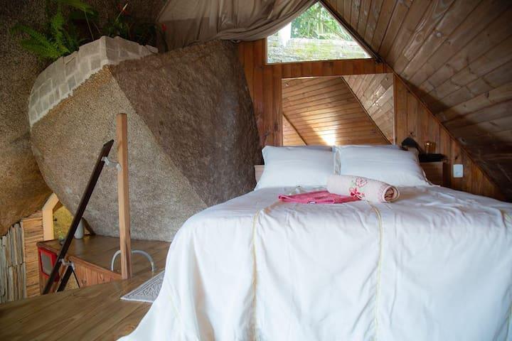 A cama do casal fica no mezanino. tem uma vista linda para a bahia do Saco Grande.