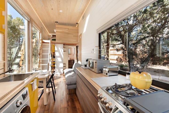 Modern Tiny Home, 25 Min to Skiing, 3 Min to Shops