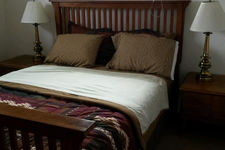 420 Home, SERTA QUEEN Mattress, Big Desk/WiFi  t-1 - Denver - Talo