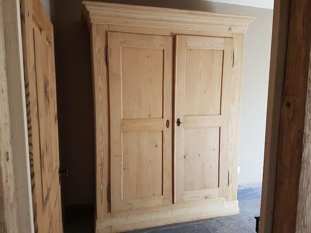 Grosser Doppelkleiderschrank im Schlafzimmer