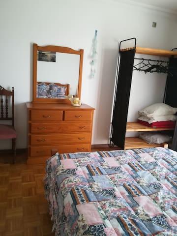 Quarto Mar - c/ roupeiro, com cama de casal e divã (se necessário cama de solteiro) e/ou Berço