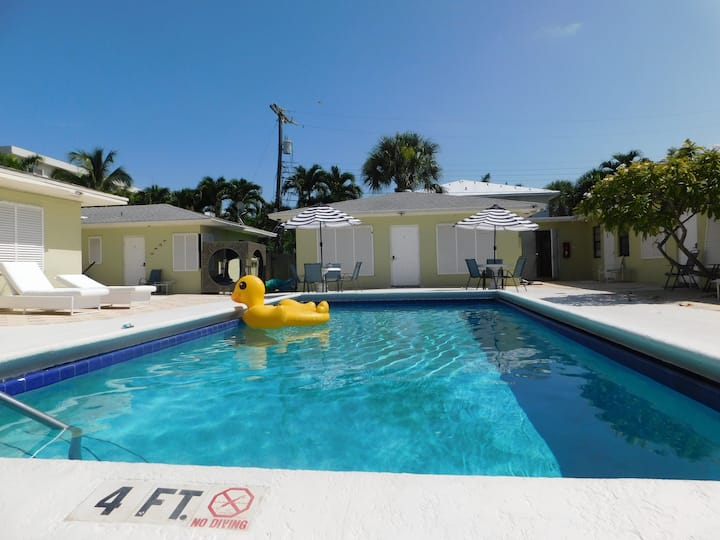 Across from the Beach -Remodeled 1 Bedroom w Pool