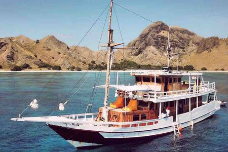 Carpediem Private Charter Boat to Komodo Island