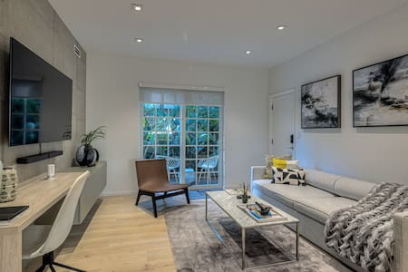 Amazing 2 bed apt with private patio,by Lincoln Rd
