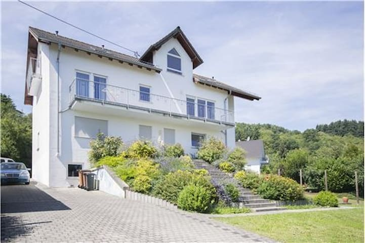 Spacious apartment w/ mountain view - Bacharach