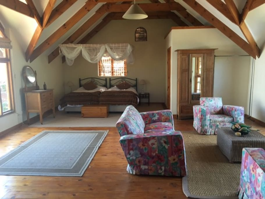A spacious upstairs room with en suite bathroom, lounge area and a coffee and tea counter. Location is aprox. 10 minute drive from Sam Levy village, main shopping center in Harare with restaurants and cinema. Efficient taxi service available or hire a car.
