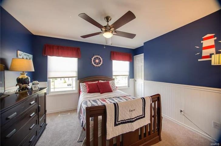 Second guest room - has full size bed, flat screen / smart tv with Netflix account saved in .