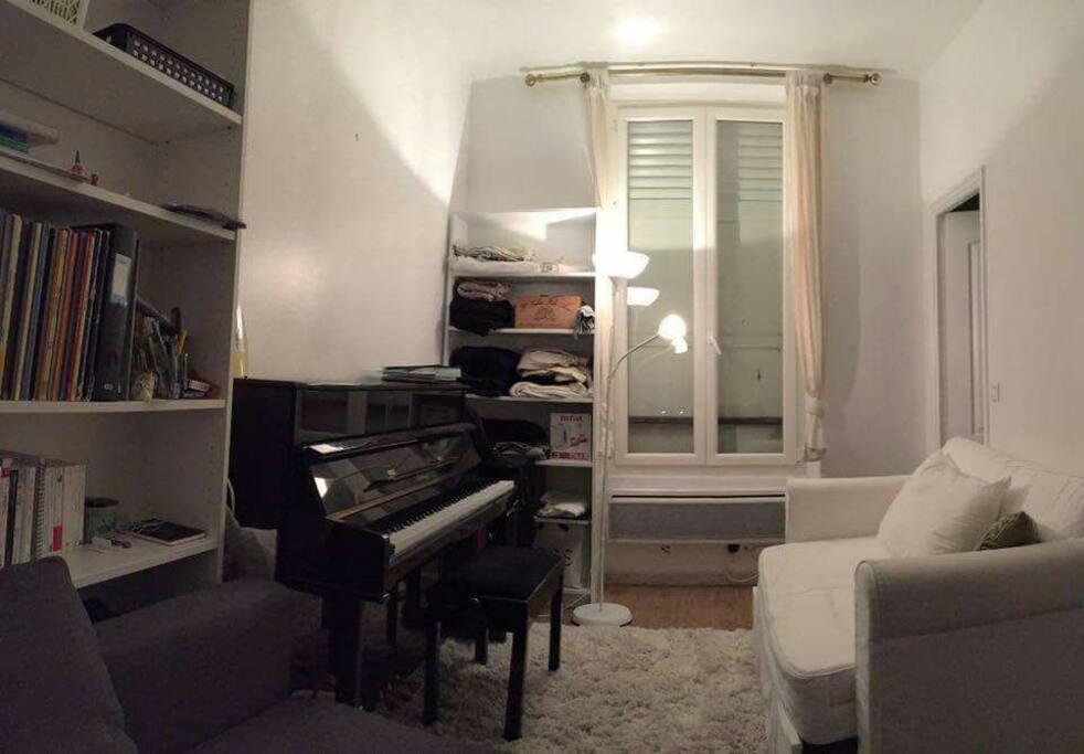 studio paris 17 avec un piano apartments for rent in paris le de france france. Black Bedroom Furniture Sets. Home Design Ideas