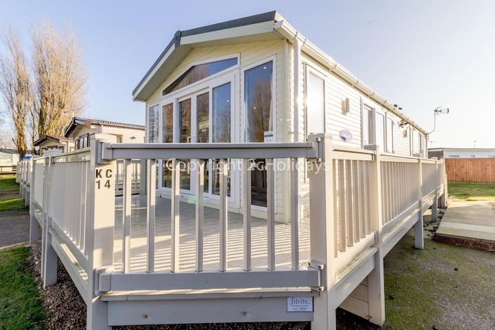 Luxury lodge for hire just a 5 minute walk from the beach in Norfolk ref 50001A