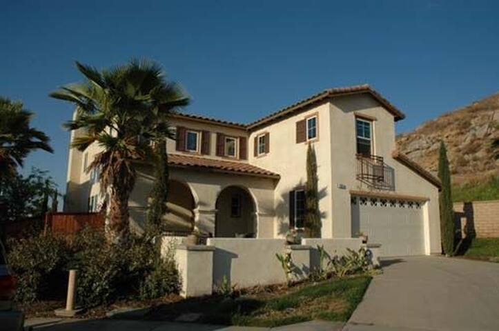 Beautiful Model Home near Lake Perris! - Perris - Casa