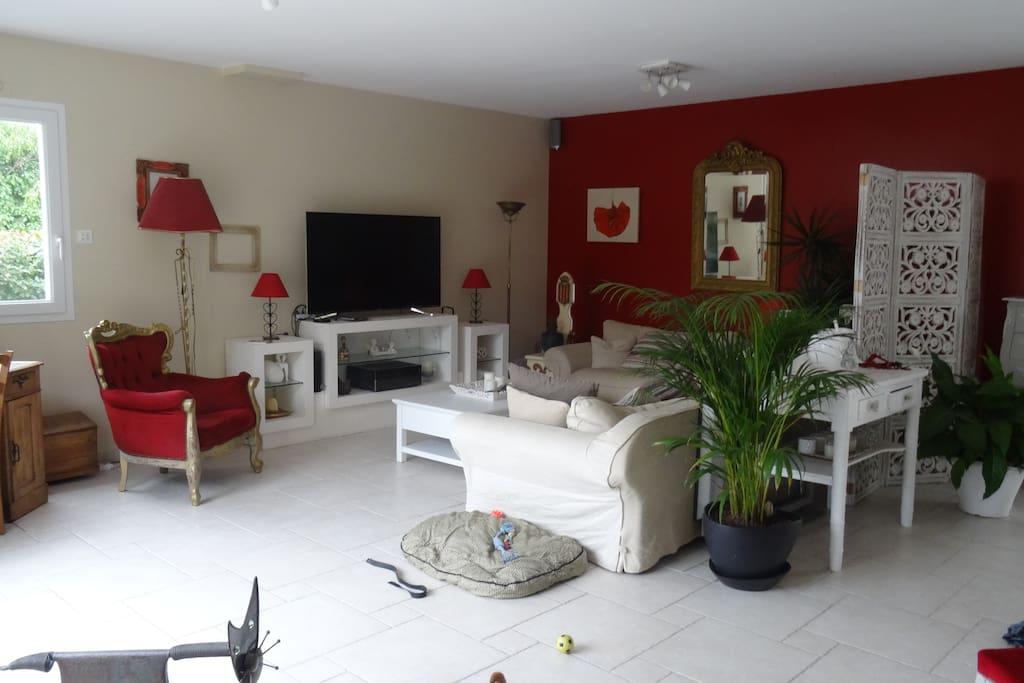 La maison se compose d'une vaste salle de séjour /cuisine, d'un salon avec télévision.