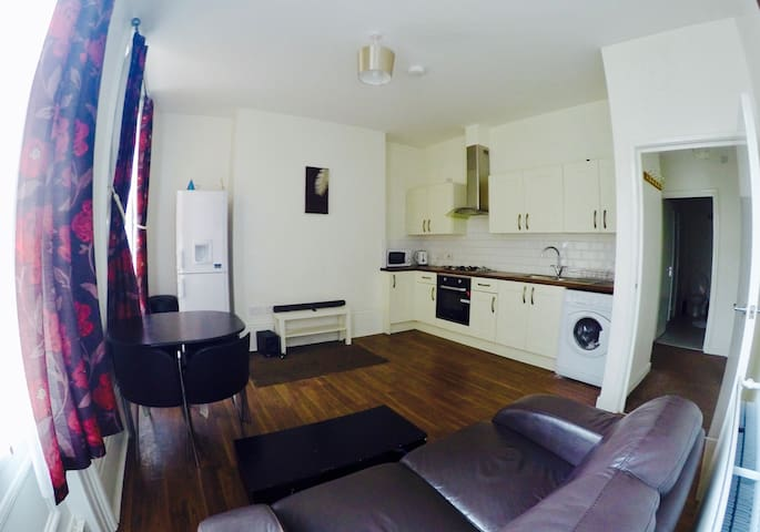 Modern & Airy 2 Bed City Centre Flat, Free Parking